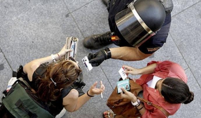 Un agent demanant la documentació a dues dones Font: Periodismo Humano