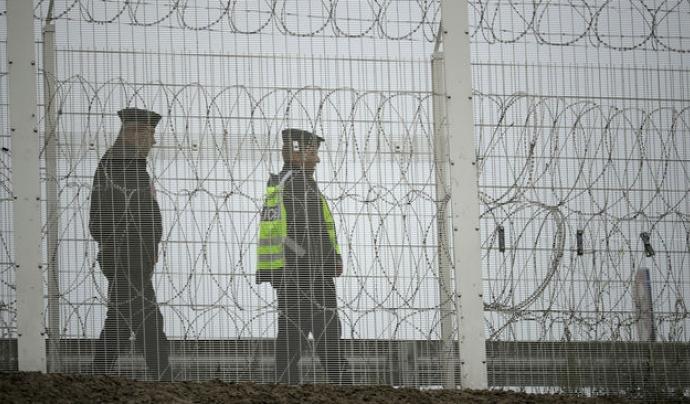 Policies a la tanca britànica que blinda el port de Calais. / CHRISTOPHER FURLONG / GETTY Font: Christopher Furlog