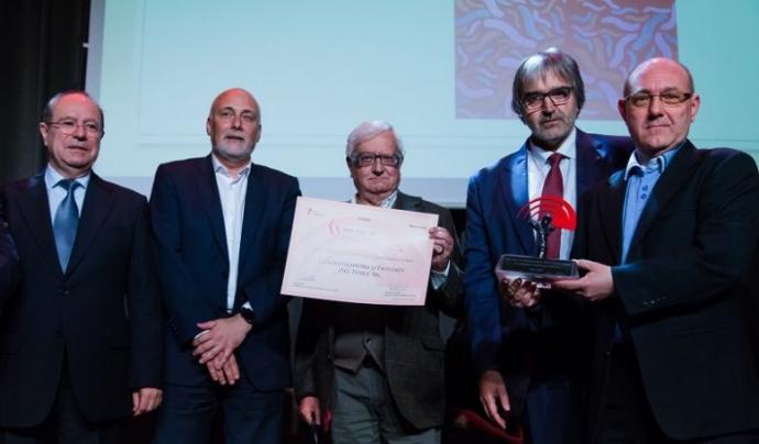La Coordinadora d'Entitats del Poble-sec recollint el premi de la primera edició