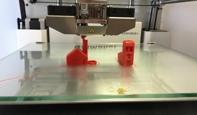 Una impresora 3D creant una figura. Font: mebner1 (Pixabay)