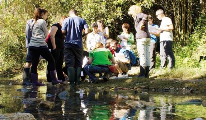Diversos infants participen en una acció organitzada per l'Associació Hàbitats. Font: Associació Hàbitats. Font: Associació Hàbitats