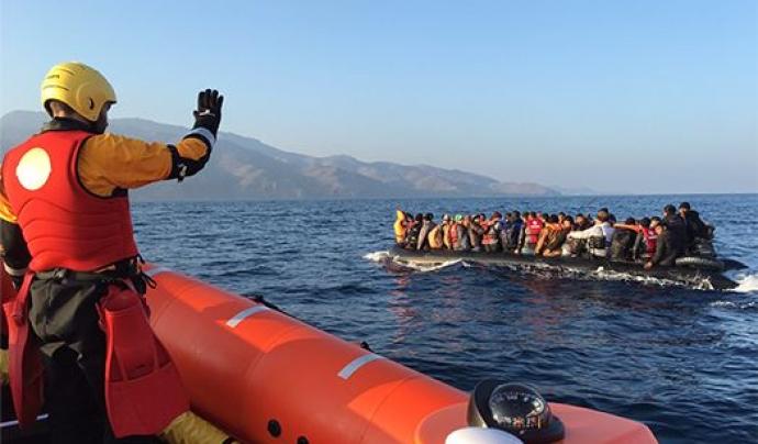 Proactiva Open Arms rescatant persones al mar Font: Proactiva Open Arms