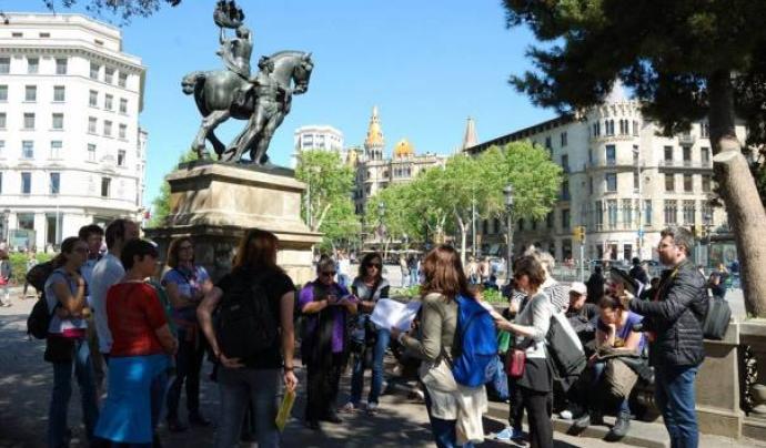 """L'associació organitza rutes perquè les i els barcelonins coneguin millor la seva ciutat amb l'excusa de """"caçar"""" Hermes."""