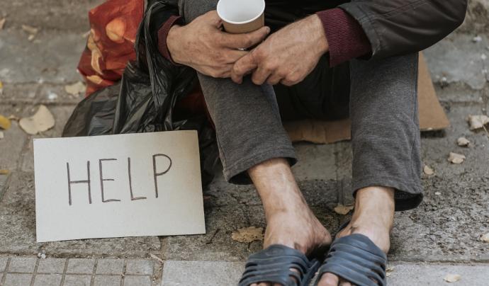 Augmenta el nombre de persones sense llar a Santa Coloma. Font: Freepik.