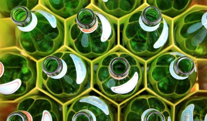Fundesplai ha ofert a tots els i les treballadores ampolles de vidre per evitar les de plàstic. Font: Unsplash. Font: Font: Unsplash.