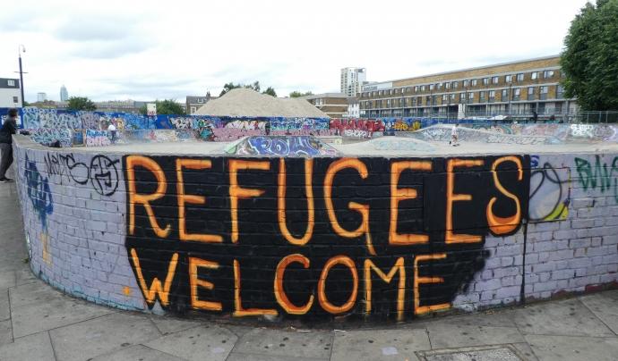 Paret pintada amb la paraula 'Refugees welcome'