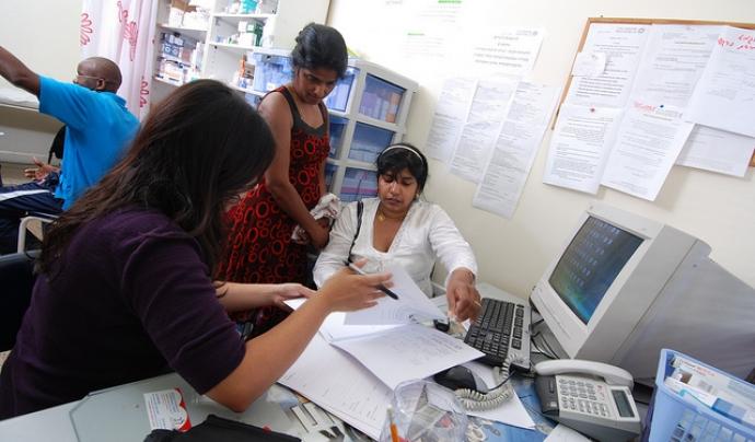 Sol·licitants d'asil reben assessorament a una oficina. Font: Physicians for Human Rights, Flickr