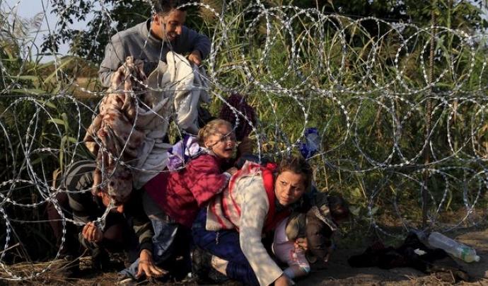 Persones refugiades a la tanca entre Sèrbia i Hongria / BERNADETT SZABO / REUTERS