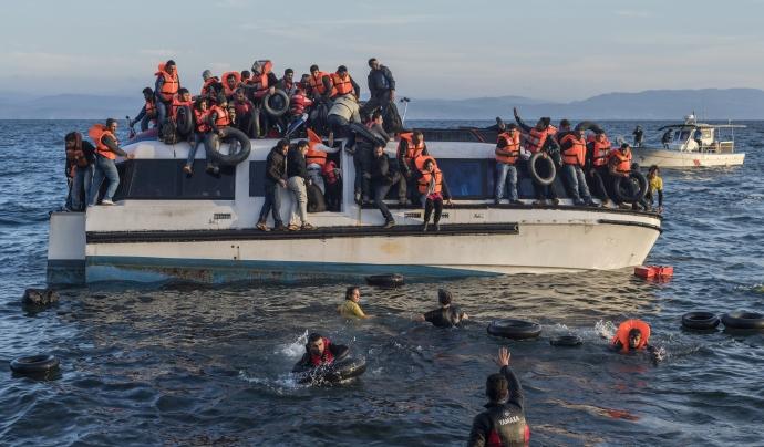 Tasques de salvament marítim amb les persones refugiades. Font: Wikipedia