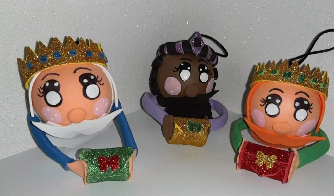 Entre els regals que ofereix l'entitat destaquen els ornaments nadalencs, com boles per posar a l'arbre de nadal. Font: Fundació ADIMIR. Font: Font: Fundació ADIMIR.