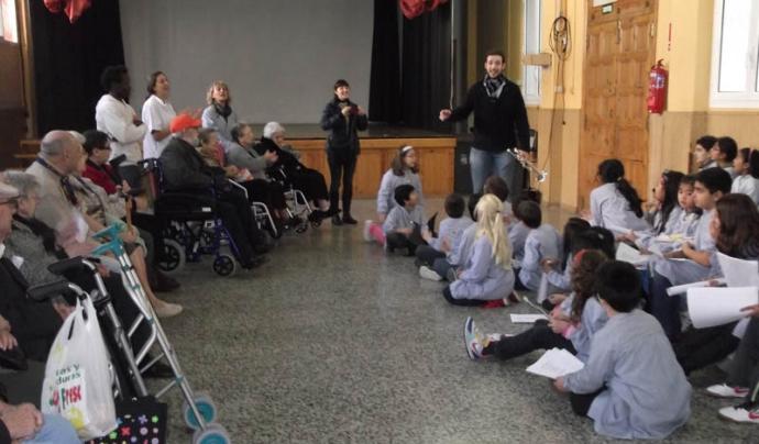 Visitant el Col·legi Sant Pere Claver per convidar els infants a visitar la residència Font: Jesuïtes Poble Sec