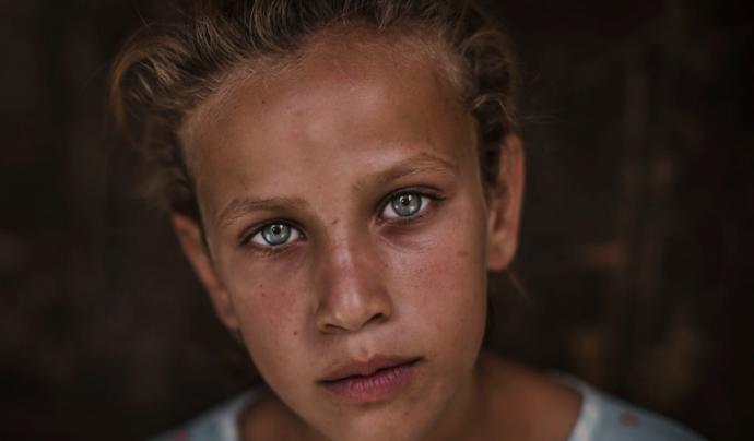 Saja, amb 11 anys i refugiada l'any 2015 a un camp de persones refugiades a Iraq, és un dels testimonis de la mostra. Font: Save the Children