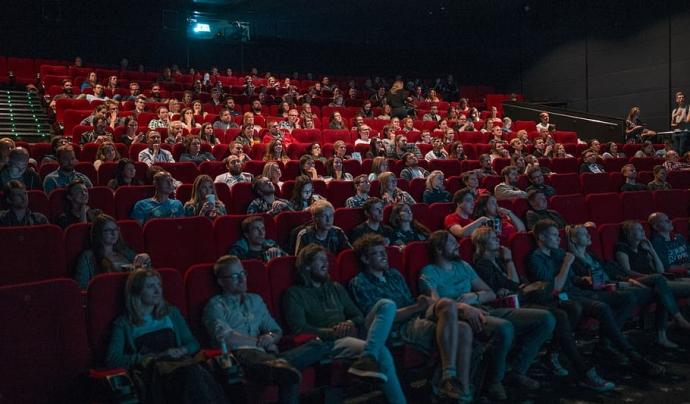 Moltes entitats i cineclubs veuen difícil la reobertura a curt termini pels límits d'aforament. Font: Pexels