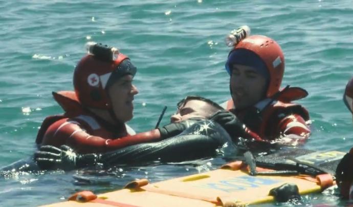 Voluntariat de la Creu Roja realitzant tasques de socors.