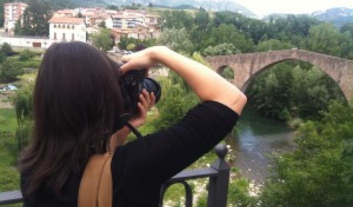 Noia fent fotos al Pont Vell de Sant Joan de les Abadesses. Viquipèdia.