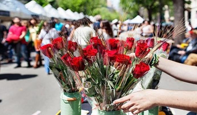 La tradició de regalar llibres i roses per Sant Jordi es fa a molts països del món. Font: Barcelona augmentada