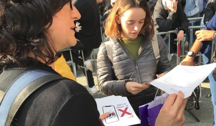 Trepat parla amb consumidors en el dia del llançament de l'iPhone X. Font: SETEM Catalunya
