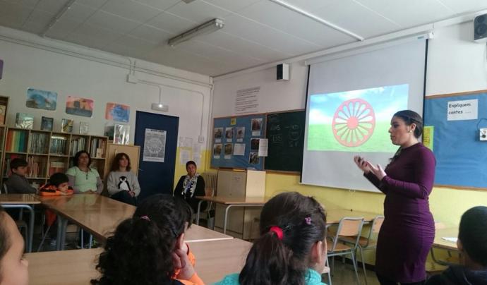 Jelen Amador impartint una classe sobre cultura gitana a una classe de Primària de l'escola Mare de Déu de Montserrat de Terrassa Font: Comunitat d'Aprenentatge Mare de Déu de Montserrat de Terrassa