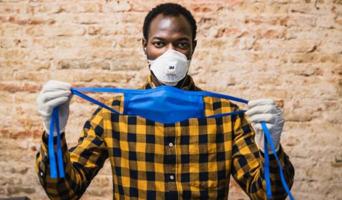 El Sindicat de Venedors Ambulants de Barcelona ha reorientat el seu taller de costura per fabricar mascaretes i bates per equipaments sanitaris. Font: Sindicat de Venedors Ambulants de Barcelona