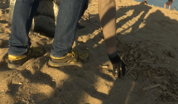 Els voluntaris recullen la brossa que es van trobant a la sorra de la platja de la Barceloneta. Font: LaviniaNext