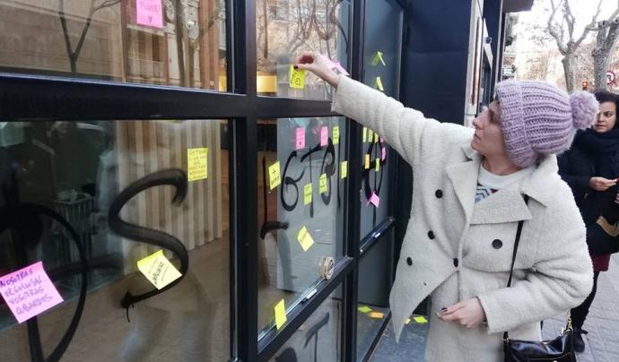 Una persona deixant un missatge de solidaritat a l'exterior del centre de recursos LGTBI
