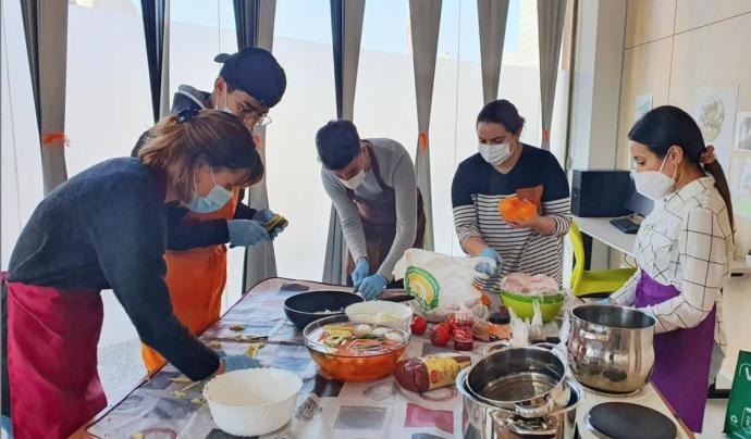 L'activitat de Som Sostre és donar suport tangible, com menjar o roba, així com intangible, com afecte, comprensió i respecte, a les persones sense llar. Font: Instagram: @SomSostre
