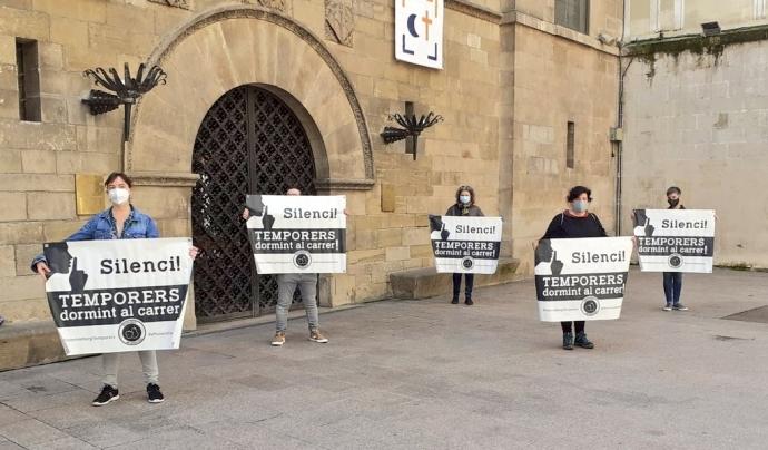 Fruita amb Justícia social reivindica a la plaça de la Paeria la situació dels temporers l'any passat. Font: Fruita amb Justícia Social