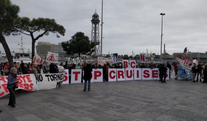 'El turisme mata' o 'Bye bye creuers' van ser algunes de les consignes dels cartells. Font: Fem Front al Turisme