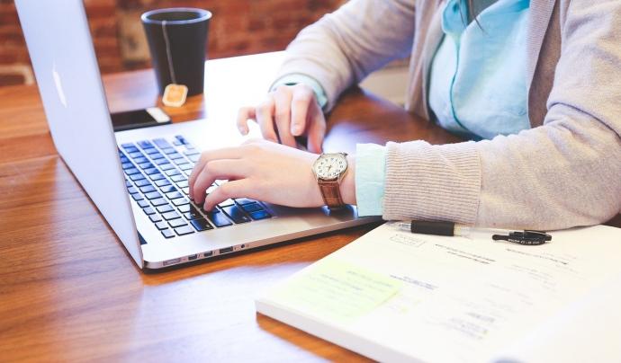 El mandat ha d'estar subscrit per la persona que ha de pagar com a titular del compte. Font: Pixabay.