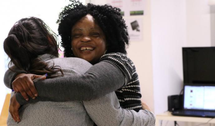 Dues dones abraçant-se