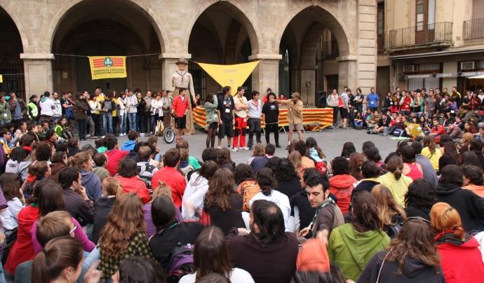 Joves caps de públic en una actuació de la Trobada de Caps 2011, a Manresa.