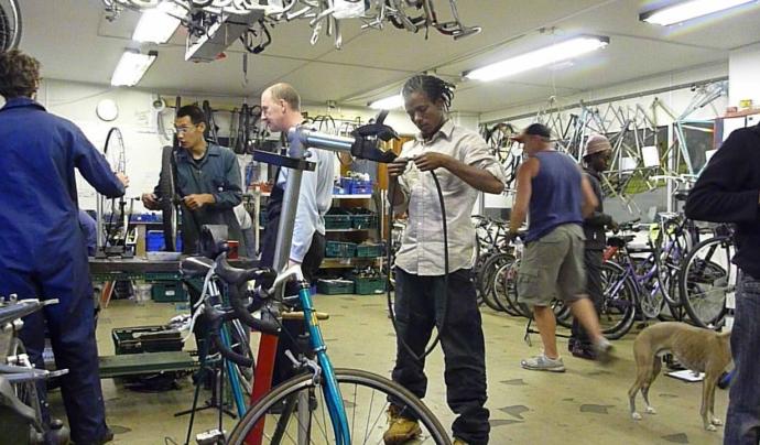 Taller de reparació de les bicicletes. Font: The Bristol Bike Project