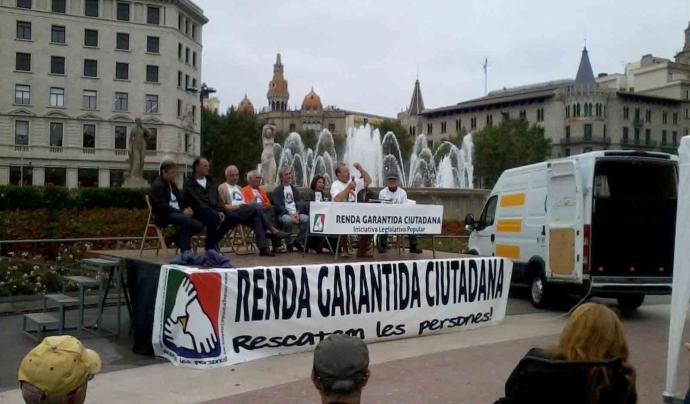Activistes a la plaça Catalunya, a Barcelona. Font: Comissió promotora de l'ILP per a l'RGC