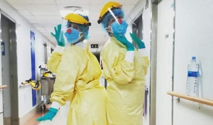 Les pallasses gironines Esmeralda Lluenta  i Canelita Fina de Pagès visiten cada dimecres els pacients ingressats per Covid-19 de l'Hospital de Palamós. Font: Facebook