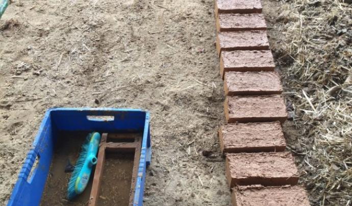 Per fer aquesta mena de maons es fa servir argila o fang i palla