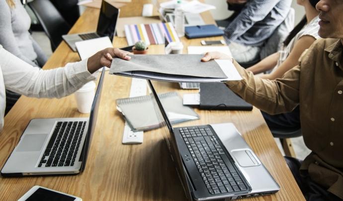 Eines que faciliten la comunicació i el treball en equip Font: Pxhere