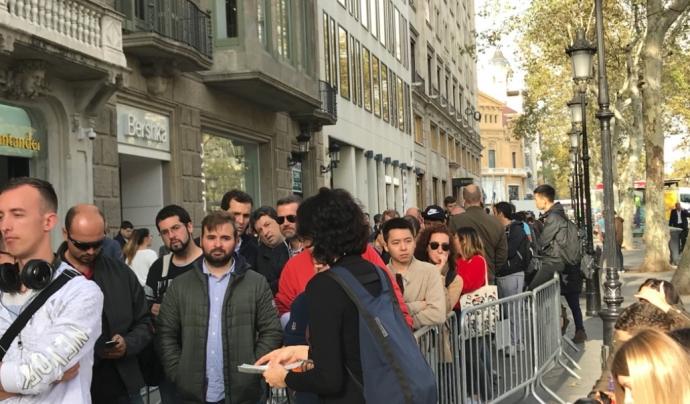 Alba Trepat reparteix fulletons el dia de l'acció.  Font: SETEM Catalunya