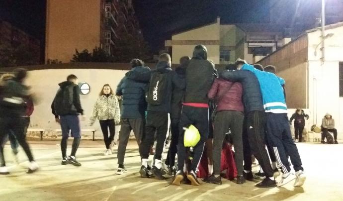 Joves abraçats després d'una partit de futbol a Fundació La Vinya Font: Fundació La Vinya