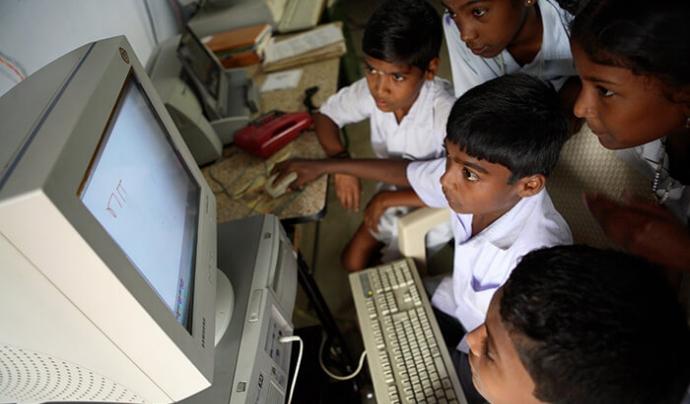 Donación d'ordinadors a ONG de la Índia. Font: United Nations India