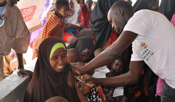 Vacunació d'una dona a Kènia.