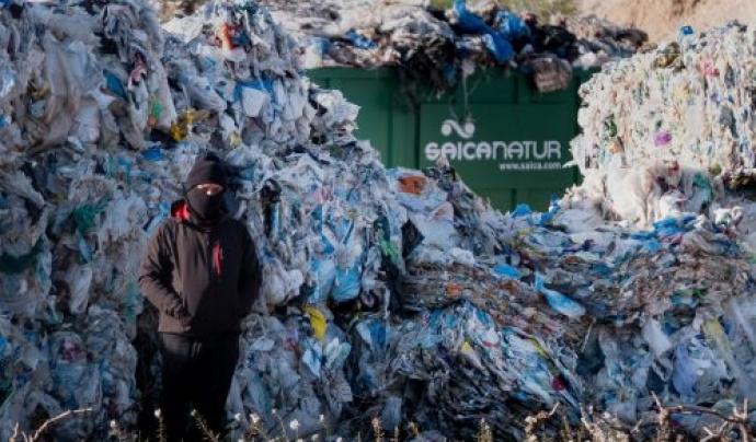 La majoria d'envasos acaben en abocadors, incineradores, exportats, cremats o a la natura.  Font: Greenpeace