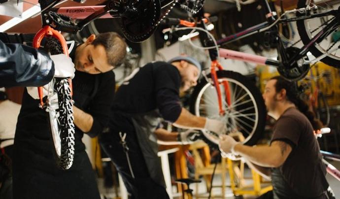 Reparant bicicletes a Biciclot Font: Biciclot (Facebook)