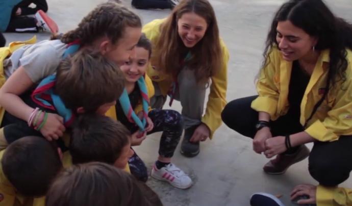 Infants i joves fent una activitat amb el grup del cau