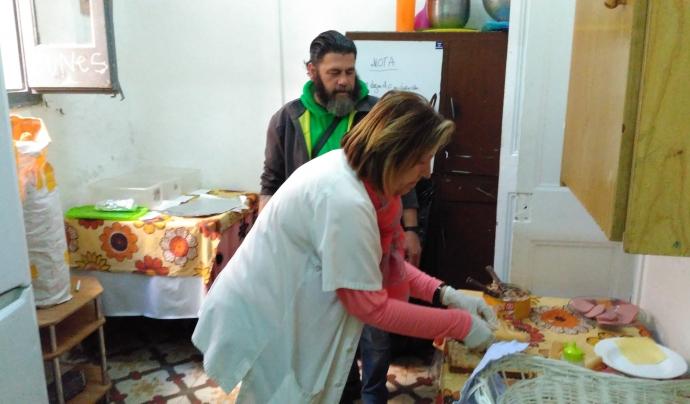 Una de les voluntàries de Yaya Luisa fent entrepans per esmorzar per a les persones del centre. Font: Laura Morral