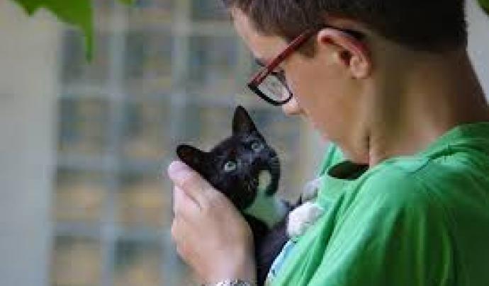 Nen amb gat als braços