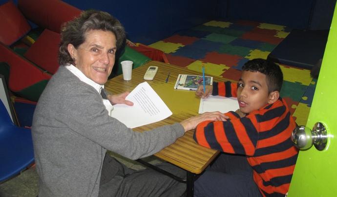Una voluntària donant suport a un nen