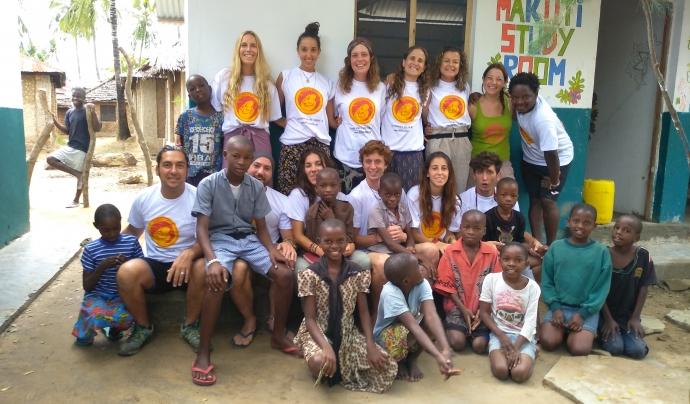 Voluntaris de Children of Africa davant de Makuti Home, la casa d'acollida de Tsunza (Kènia) Font: Imatge cedida per Susanna Gómez.
