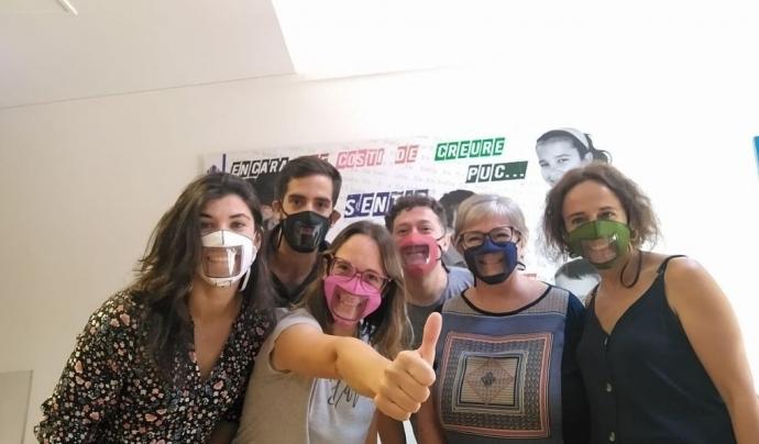 Durant el temps que no s'ha pogut comptar amb mascaretes transparents, l'alumnat amb sordesa no ha pogut comunicar-se de la mateixa manera, el que ha suposat un obstacle el del seu seguiment acadèmic. Font: ACAPPS.  Font: Font: ACAPPS.