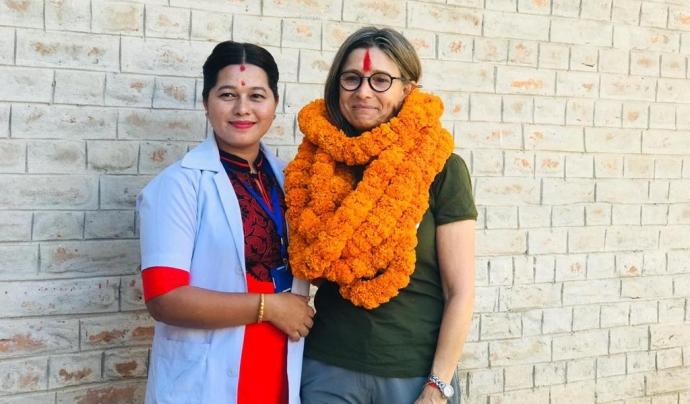 La presidenta de l'entitat viatja sovint al Nepal per fer veure l'evolució de l'hospital i fer xerrades de prevenció de malalties entre les escoles de la zona. Font: Neus Jové