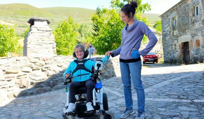 La Júlia té sis anys i Té 6 anys i té distròfia muscular congènita per dèficit de merosina. Font: Imatge cedida per Olga Barrero